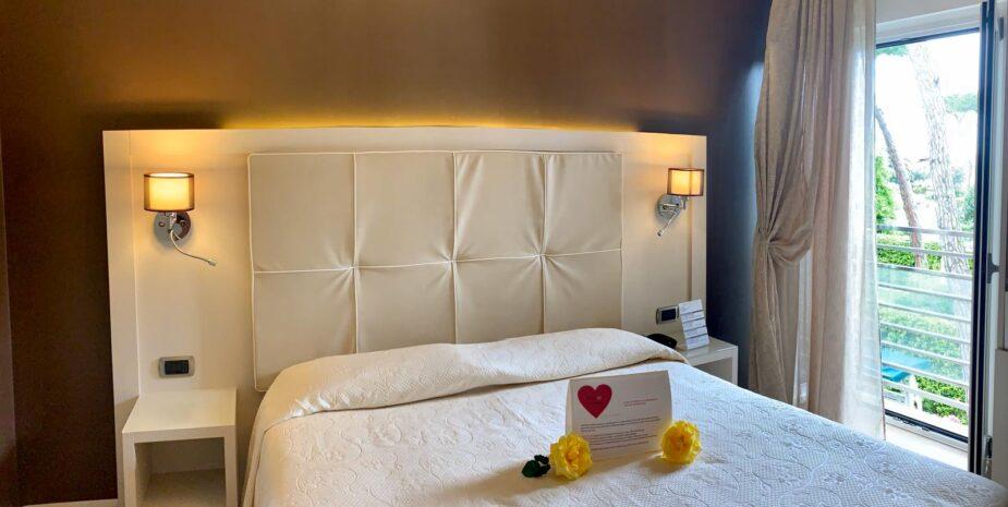 Staff Etruria Hotel ***Hotel Etruria a Forte dei Marmi è un hotel tre stelle a 100m dal mare vicino al centro di Forte dei Marmi , struttura oggi interamente rimodernata, dai tratti retrò in sobria elegante architettura anni 60.